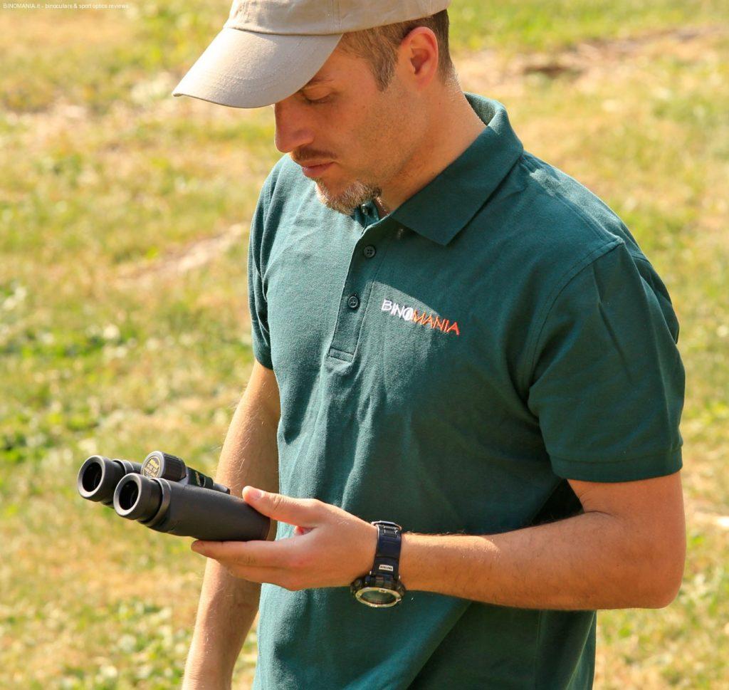 Piergiovanni Salimbeni mentre osserva con un binocolo Nikon