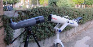 a sinistra il binocolo APM 100 APO 90°, di fianco il Vixen BT 126-AA