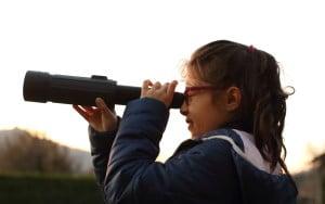 mia figlia Ersilia osserva nello spotting scope Yukon