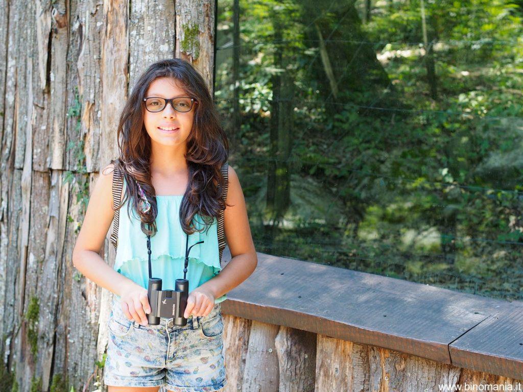 Ersilia Salimbeni con un binocolo compatto Swarovski 8x25