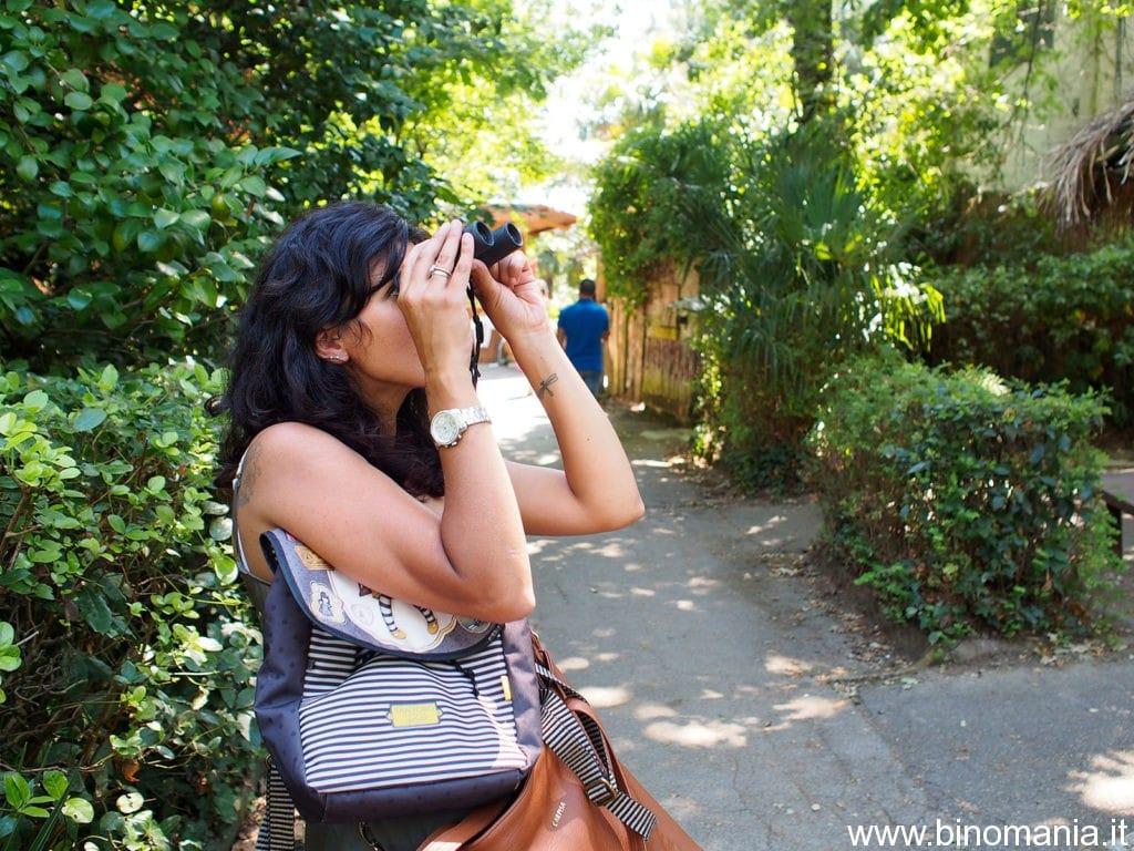 Jenny Citino osserva i panda minore con il binocolo Swarovski 8x25