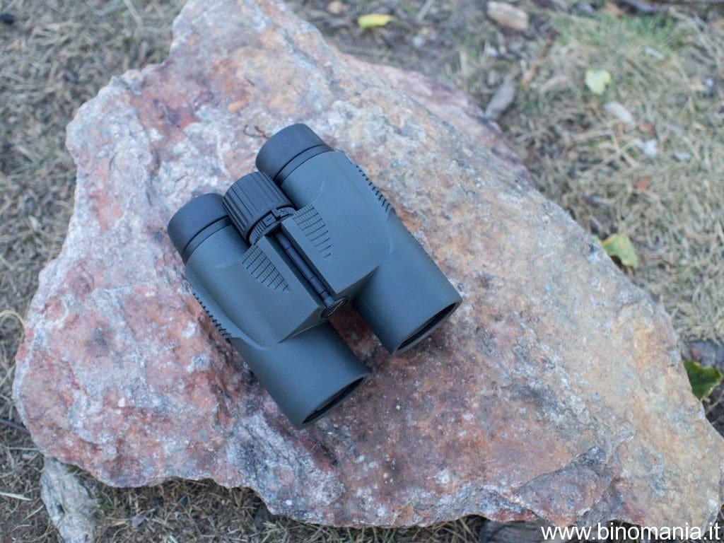 Foto del binocolo Fujinon KF 10x42 su una roccia