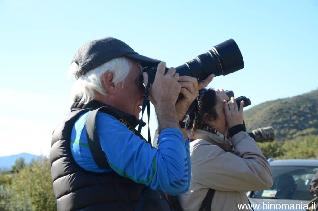 Gian Pietro Pittaluga mentre fotografa con una reflex e un teleobiettivo