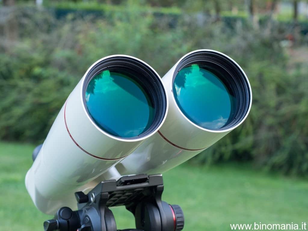 Foto dove si vedono i grandi obiettivi di questo binocolo