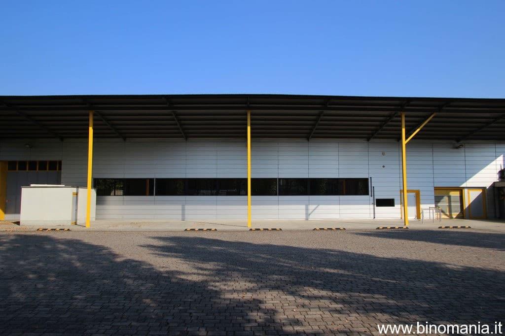 Una facciata dell'ampio magazzino..