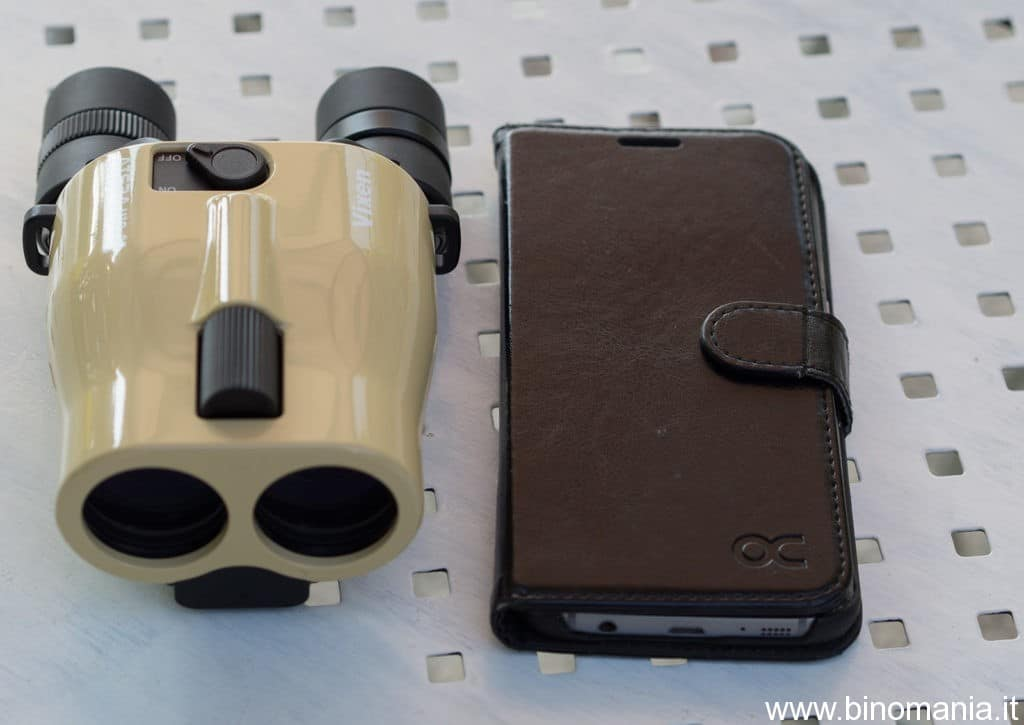 il Vixen Atera 12x30 di fianco a uno smartphone Samsung Galaxy
