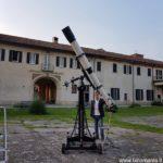 Vincenzo Rizza posa accanto al telescopio San Giorgio Morais 190 /2850