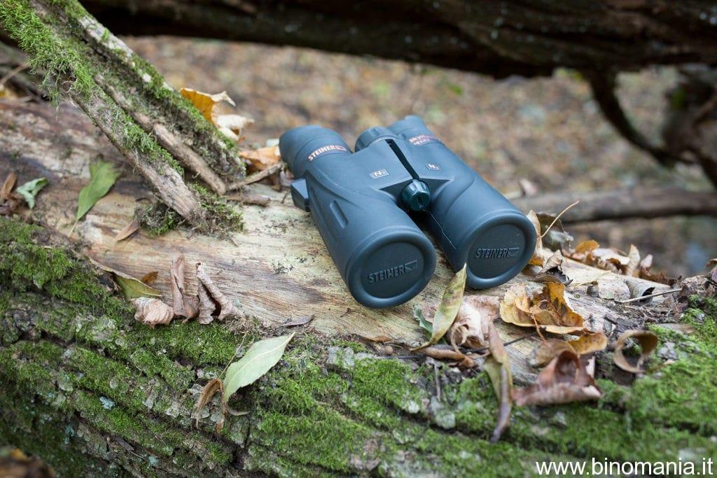 il binocolo Steiner SkyHawk 3.0 10x42 su un tronco fra le foglie autunnali