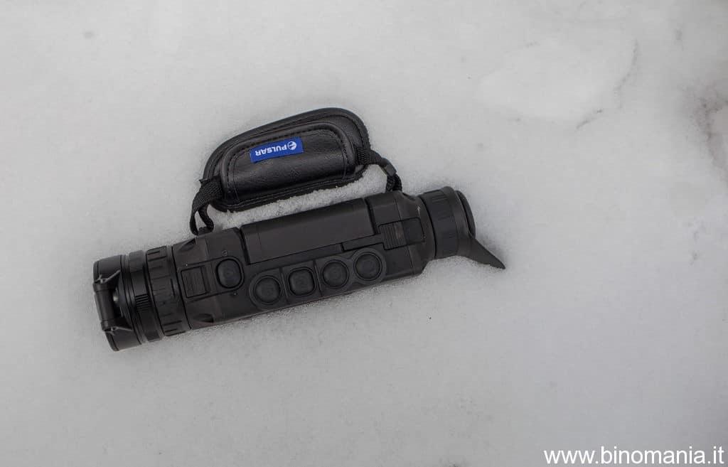 Il visore termico Helion, immerso nella neve