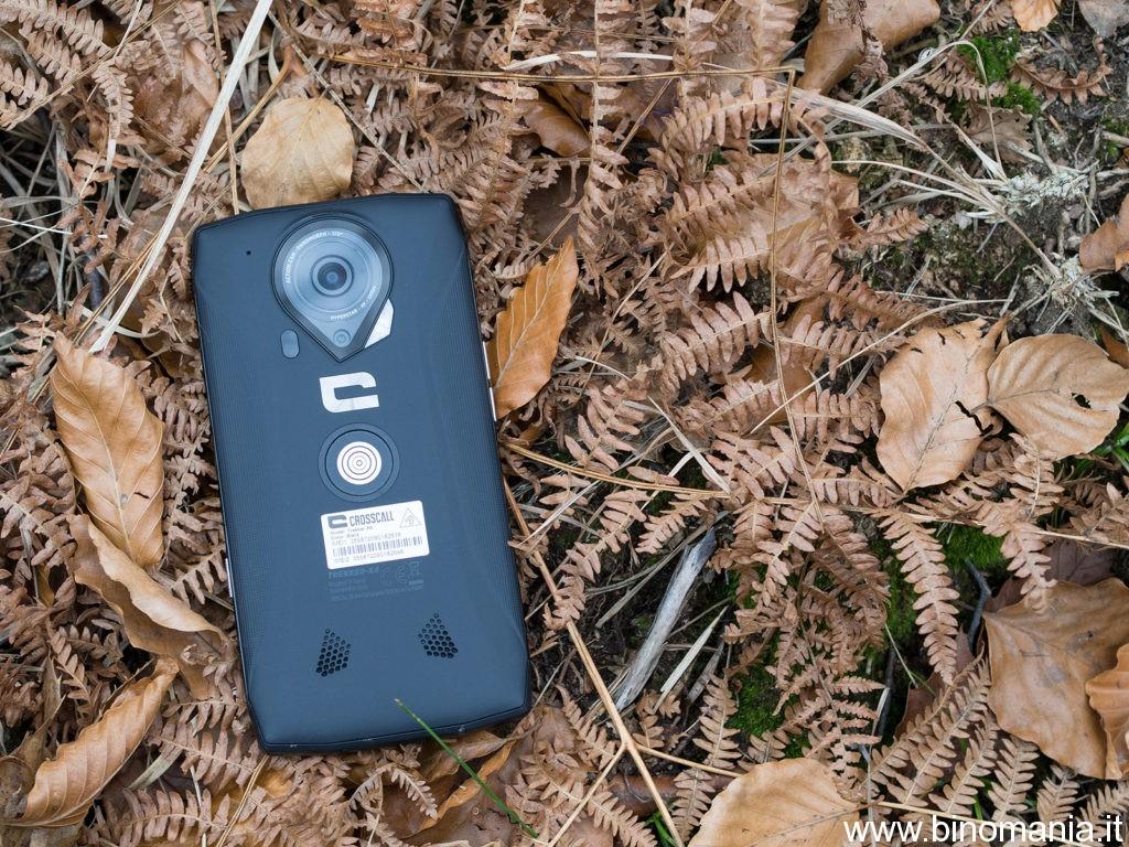 lo smartphone CrossCall Trekker X-4 in mezzo al bosco