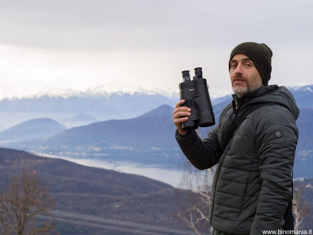 Piergiovanni Salimbeni osserva con il binocolo Zeiss Special 20x60S