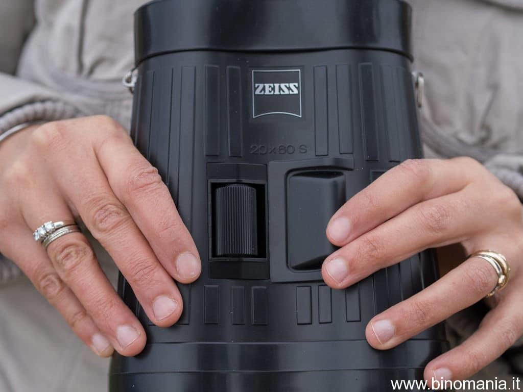 un primo piano sui pulsanti dello Zeiss Special 20x60S