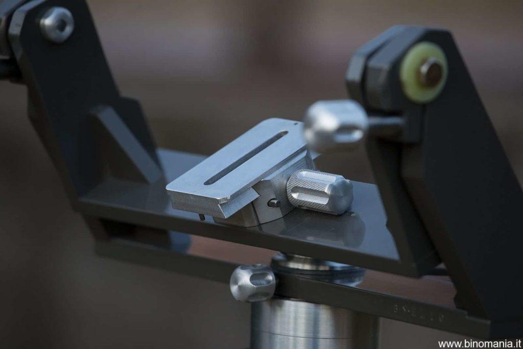 La piastra fornita di serie consente di bilanciare il binocolo oltre che di fissarlo in tutta sicurezza