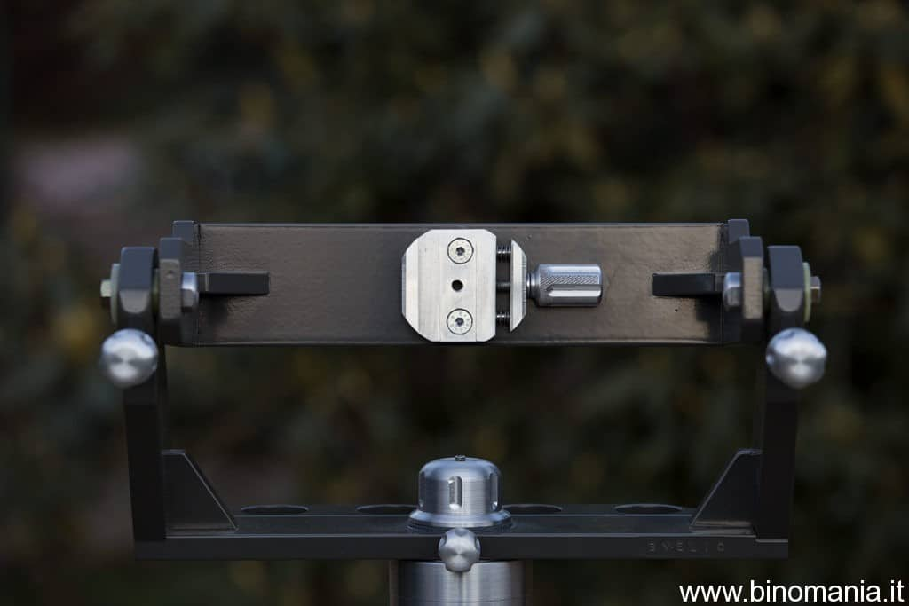 La parte anteriore con la pinza per il fissaggio del binocolo