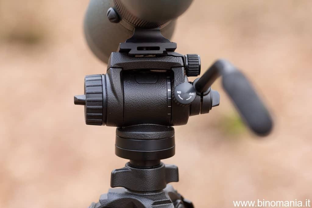 Un primo piano sulle manopole che consentono un'agile regolazione della testa fotografica